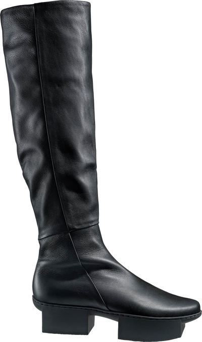 High, puristic and elegant boot